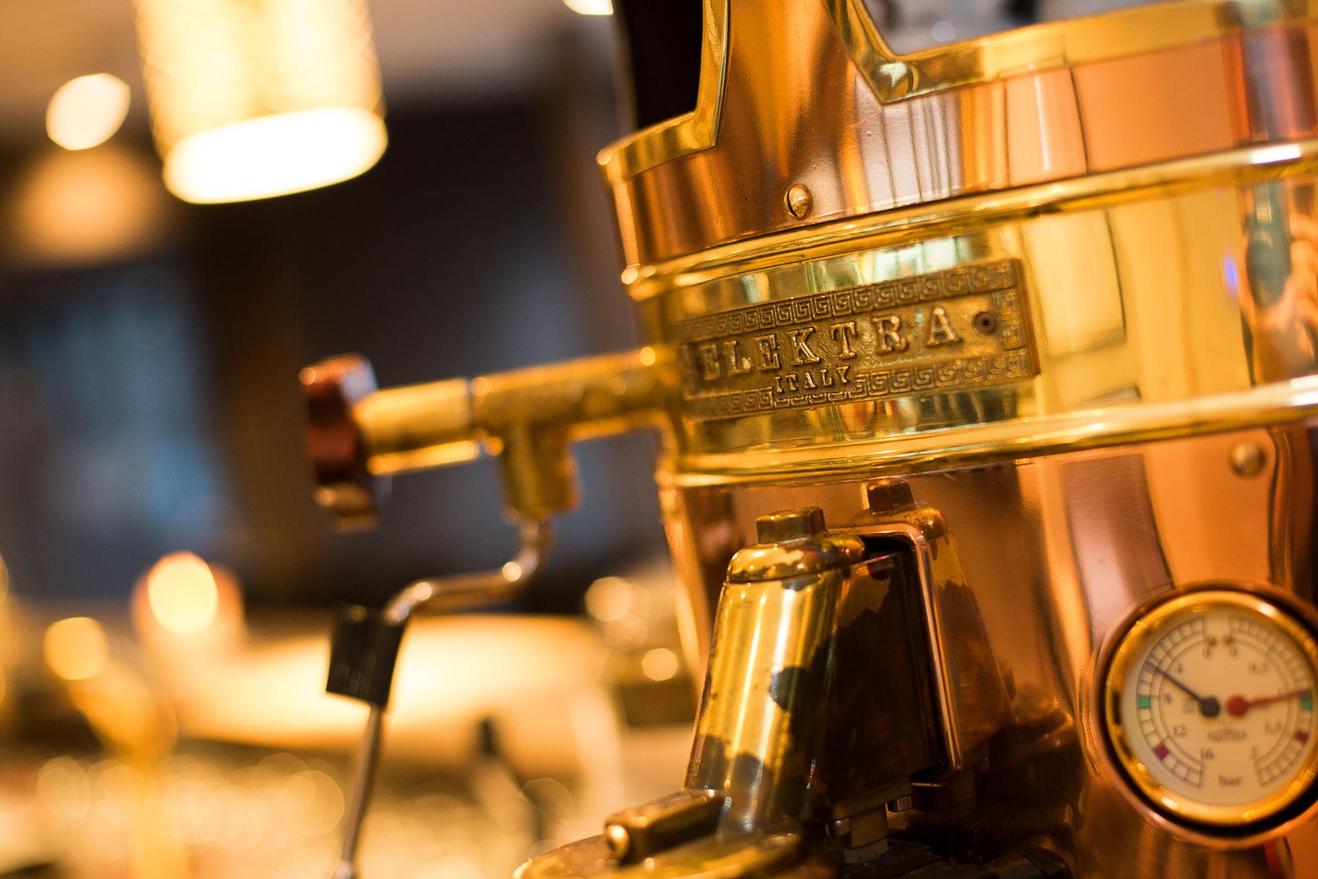 goldene Kaffeemaschine