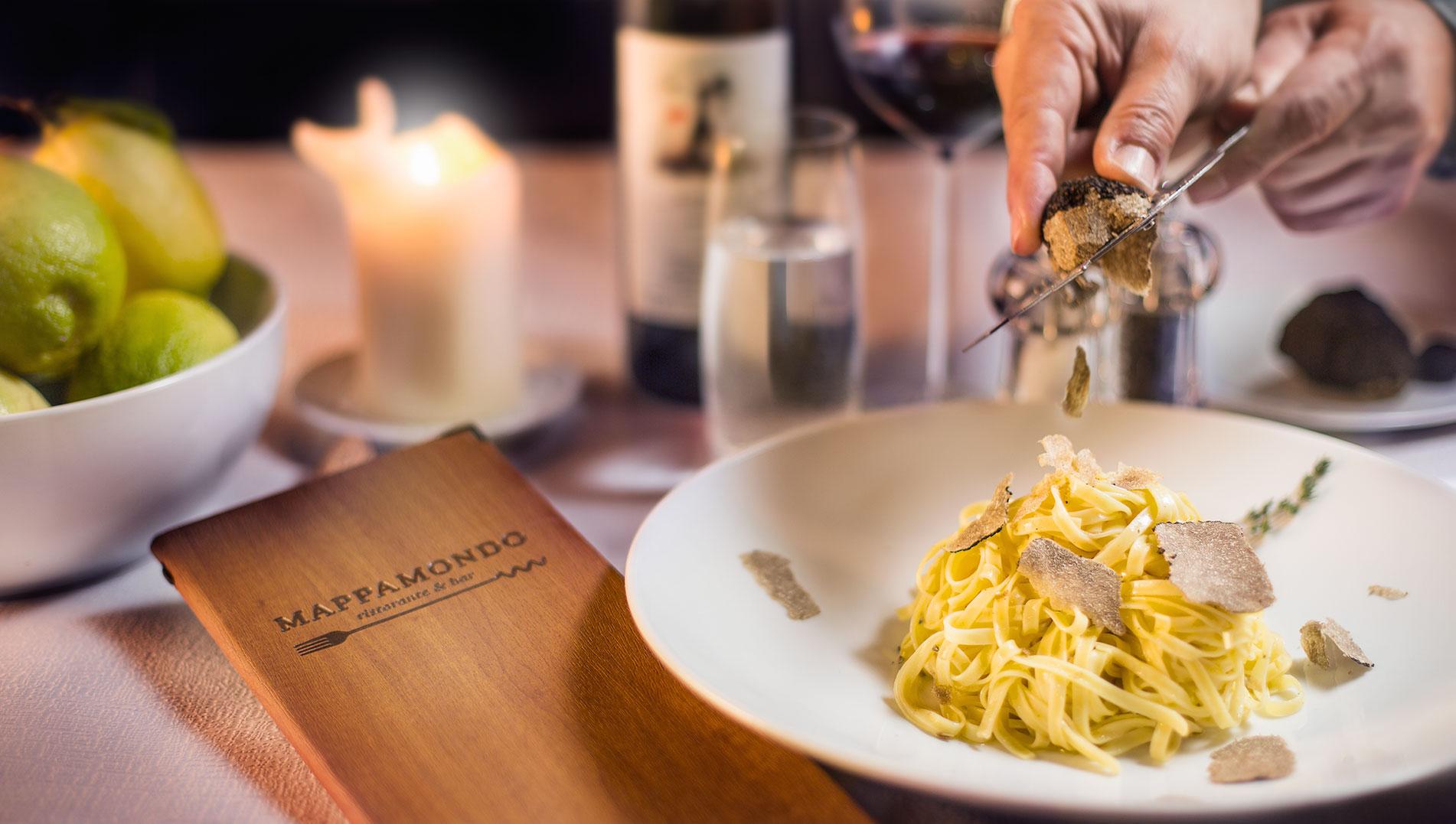 trüffel wird über pasta geraffelt
