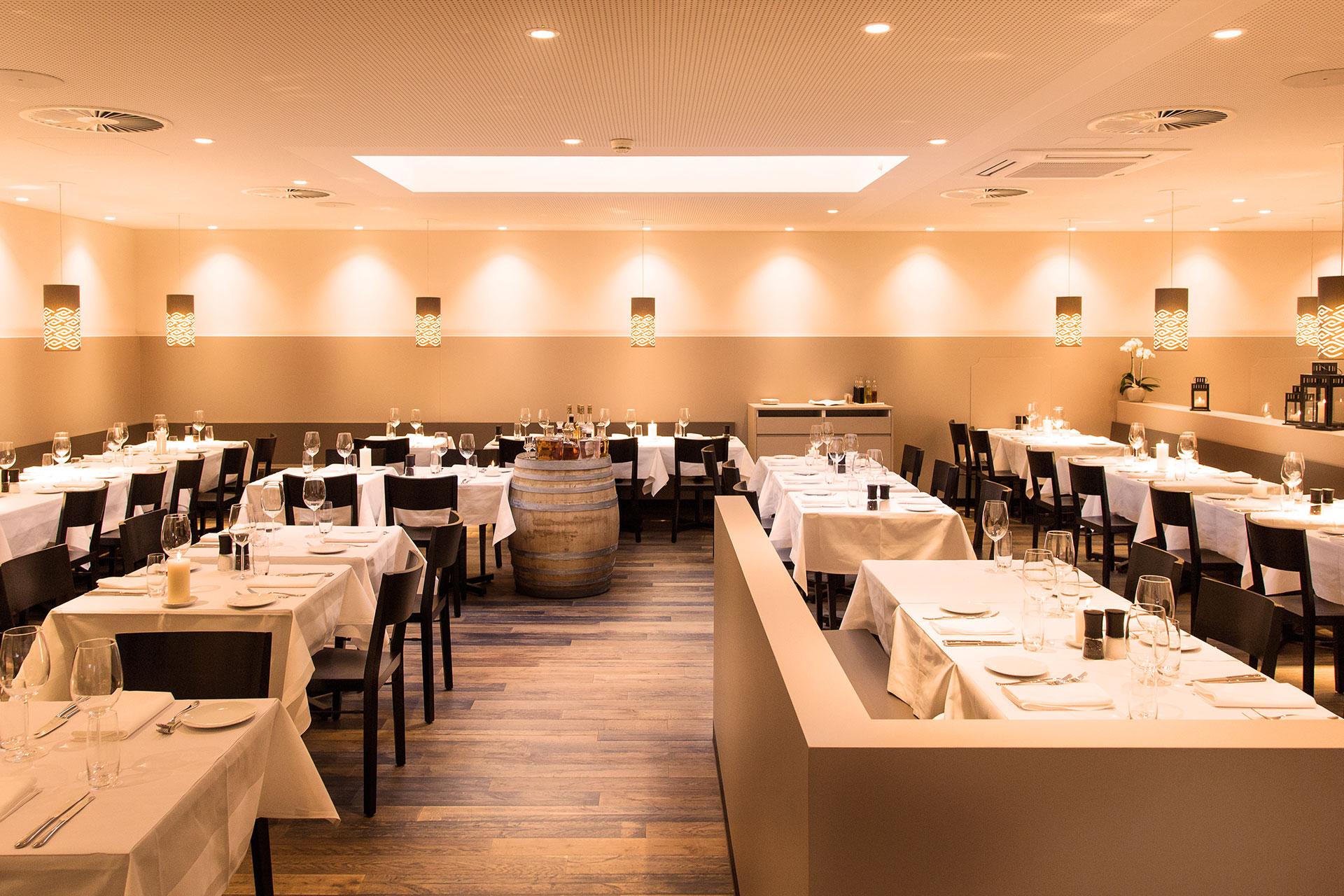 restaurant_tische_stühle_licht_grappa